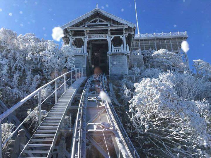 Tàu Leo Núi Trúc Mây Vào Một Ngày Tuyết Phủ Tháng 12
